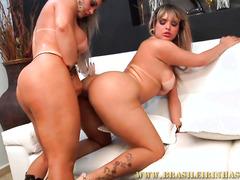 Горячие лесбиянки пробуют секс со страпоном