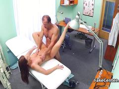 Наглый гинеколог трахает свою посетительницу