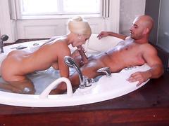 Горячая ванна с страстной блондиночкой