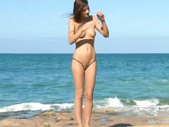 Сексапильная и стройная сучка шалит по среди пляжа