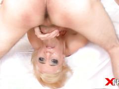 Синеглазая блондинка заглатывает огромные члены