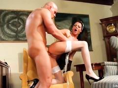 Грубый начальник жарит свою сексапильную горничную