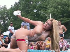 Развратница обливает себя молоком во время стриптиза