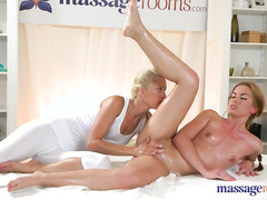 Умелая массажистка доставляет удовольствие не только руками