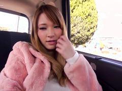 Стройная кореянка отдалась незнакомцу в машине